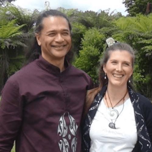 """Connecter le Ciel, la Terre et la présence du Haka de la guérison : une introduction au """"POU UIRA"""""""